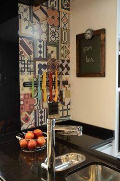Detalhe ladrilho Ceusa . cozinha . cocina . kitchen . cuba dupla . deca twin . misturador com filtro . granito preto
