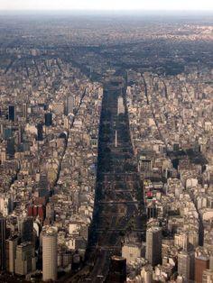 Una de las avenidas más anchas e importantes del mundo, en la Ciudad de Buenos Aires, capital de Argentina, Su ancho es de 140 metros. Se trata de Avenida 9 de Julio.