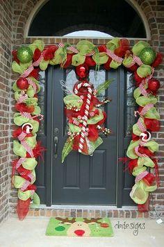 porte extérieure décorée avec une guirlande