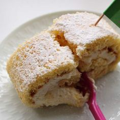 Citronroulade, en frisk fnuglet roulade med fyld af en let og luftig citroncreme. Lav rouladen til fødselsdag, påske eller som en lækker kage til kaffen.