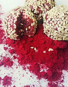 12 dadlar 2 dl cashew 1 dl mandel 3 tsk lingonpulver 2 msk kokosolja 1 tsk vaniljpulver 2-4 msk havremjölk 1 tsk Camu Camu Skalade sesamfrö till garnering Mixa alla ingredienser, förutom sesamfrö, till så slät konsistens som möjligt. Använd havremjölken för att anpassa vätskebalansen så de går att rulla till bollar.Rulla till bollar och…