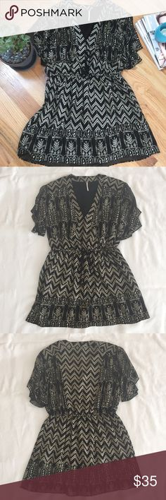 "Free People Black Metallic Print Dress Pre-owned. Great condition. No holes/stains.   Size: Small Color: Black w/ Gold Metallic Print Fabric: 100% Polyester (dress & lining)  Drawstring to bottom seam: 16.5"" Flutter sleeve: 8"" Length from shoulder to drawstring: 14""  This pullover dress is ahh-mazing. It has a rope drawstring at the waist that gives the top a blouse-y look wth an all over intricate gold metallic pattern that has a pretty sheen every time the light hits it! 🌟 Free People…"