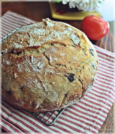 paine cu masline neframantata ( olive bread -no kneading) 500 gr faina (flour) 370 gr apa calduta ( warm water) un pliculet de drojdie ( active dry yeast ) 1 lingurita zahar ( tsp sugar) 1 lingurita sare ( tsp salt) 100 gr masline negre ( black olives) Olive Bread, Cooking Bread, Dry Yeast, Cookie Recipes, Food And Drink, Pizza, Homemade, Cookies, Desserts