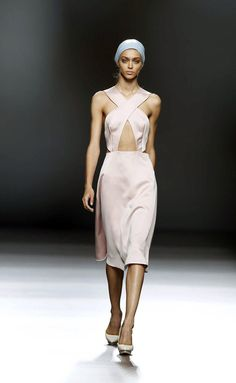 Diseñador de Moda, exalumno y docente de IED Moda Lab Madrid. www.moisesnieto.com