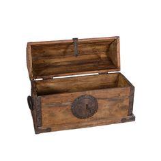 Baúl. Siglo XX. Elaborado en madera clara. Con cubierta abatible y herrajes.  Estimado: $1,200 to $2,000.