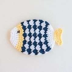 Free pattern for fish-shaped scrubbie or washcloth. Great for summer housewarming gifts!