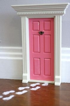 Fairy Door! How cute is this?? Although I must say that it sort of looks like the fairy is wearing army boots. I think I'd slinder up the feet a little :-p