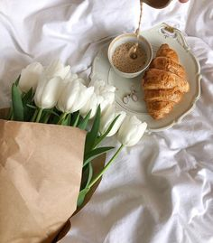 Live your life: Photo Aesthetic Coffee, Classy Aesthetic, Aesthetic Food, Travel Aesthetic, Mode Collage, Flower Aesthetic, Breakfast In Bed, Aesthetic Pictures, Coffee Time