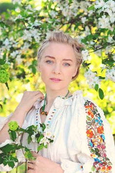 ♥ , from Iryna Popular Costumes, Costumes Around The World, Folk Embroidery, Embroidery Patterns, European Girls, We Are The World, Folk Costume, Ethnic Fashion, Traditional Dresses