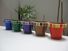 Love these simple pots Painted Clay Pots, Painted Flower Pots, Clay Pot Crafts, Crafts To Make, Paint Garden Pots, Mosaic Art Projects, Mosaic Flower Pots, Concrete Pots, Fairy Garden Accessories