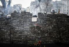 Capacetes e alto-falante são colocados por manifestantes em cima de barricada no centro de Kiev, na Ucrânia. Foto: Bulent Kilic/AFP