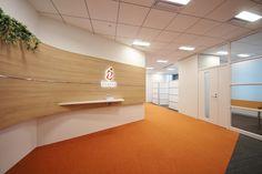 幸運のオレンジが空間と人を繋ぐ、名古屋から発信するデザイナーズオフィス|オフィスデザイン事例|デザイナーズオフィスのヴィス Office Building Lobby, Office Entrance, Dental Office Design, Small Office, Receptions, Cladding, Clinic, Floors, Nursery
