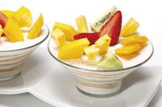 Receita de Taça de iogurte com fruta e bolacha. Descubra como cozinhar Taça de iogurte com fruta e bolacha de maneira prática e deliciosa com a Teleculinaria!
