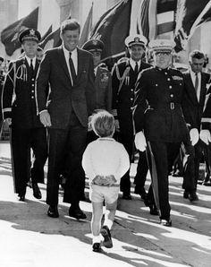 11 de Noviembre de 1963. John Jr. con su padre, JFK, en Arlington. Dos semanas antes de que el presidente fuese enterrado allí.