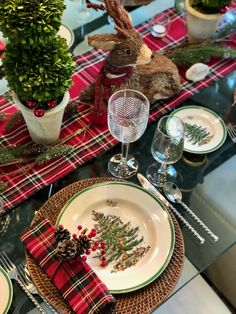 Spode Dishes With Tartan Napkins and berry napkin rings. Ralph Lauren water goblet with Spode wine glass Christmas China, Spode Christmas Tree, Christmas Brunch, Christmas Tablescapes, Cozy Christmas, Christmas Decorations, Brunch Table, Winter Table, Christmas Table Settings