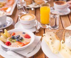 Der Sommer in Wien könnte nicht schöner beginnen, als mit einem Frühstück im Café Eiles. Gleich um's Eck von Parlament und Rathaus befindet sich das Traditionskaffeehaus Eiles, das bereits seit 1840 auf eine lange Geschichte zurückblicken kann. Immer wieder wurde es umbenannt und neu übernommen, bis es schließlich 2015 zu seinem jetzigen Besitzer und dem… Der Beitrag Frühstück im Café Eiles erschien zuerst auf Pipifein. Overnight Oats, Panna Cotta, Cereal, Breakfast, Ethnic Recipes, Food, Coffee Cozy, History, Food Food