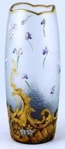 François-Théodore LEGRAS (1839-1916), vase obus à col festonné cerné or à fond dépoli incolore, à décor émaillé d'un semis de violettes, coquille éclatée et acanthes or à la base. Non signée. H : 29 cm.