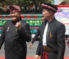 Apa Kemiripan Kak Wari Dengan Alex Nordin Banyak kemiripan yang dimiliki kedua Nama tersebut. Sosok Kak Wari adalah sosok yang mempunyai sifat kepemimpinan yang tinggi. Dan Kak Wari itu hanya nama panggilan saja Untuk nama panjangnya adalah H. Saifudin Aswari Rivai SE. Kakwari lahir di lahat Sumatra Selatan Tanggal lahir 20 Oktober 19663. Kak Wari memulai karir polotiknya mulai dari partai golkar Akan tetapi dia pindah partai ke partai gerindra. Untuk Sekarang ini ia menjabat sebagai Bupati…