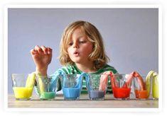 Kleurenproef voor kinderen. Glazen gevuld met acrylverf waarbij de kleuren overlopen in elkaar d.m.v. keukenpapier.