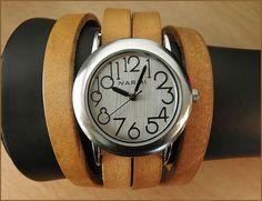 Autour de femmes montre-bracelet avec handcraftet, léger bracelet en cuir brun. Il senroule autour du poignet quatre fois.  Taille de la montre: 4 cm  Sil vous plaît me dire la taille de votre poignet - je vais faire le bracelet sadapter.