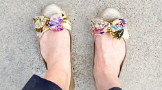 diy wedding shoes - diy scarf flats (by stars for streetlights) Diy Wedding Shoes, Jimmy Choo, Ballerinas, Diy Accessoires, Glitter Flats, Sparkle Flats, Bow Flats, Bow Shoes, Flat Shoes