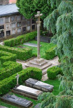El cementerio del Rosario es el único camposanto privado de Santiago de Compostela. Pertenece a los miembros de la cofradía numeraria del Rosario la cual cuenta con más de cinco siglos de historia.