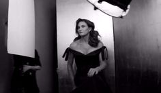 Caitlyn Jenner épanouie en robe longue dans le making of du shooting de Vanity Fair