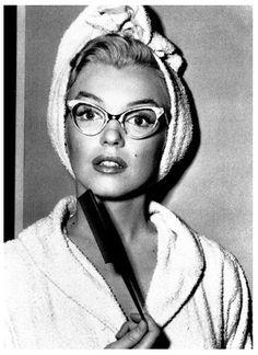 """""""Algumas vezes na vida, você encontra uma amiga especial. Alguém que muda sua vida simplesmente por estar nela. Alguém que te faz rir até você não poder mais parar. Alguém que faz você acreditar que realmente tem algo bom no mundo. Alguém que te convence que lá tem uma porta destrancada só esperando você abri-la. Isso é uma amizade pra sempre. (...)"""" Marilyn Monroe"""