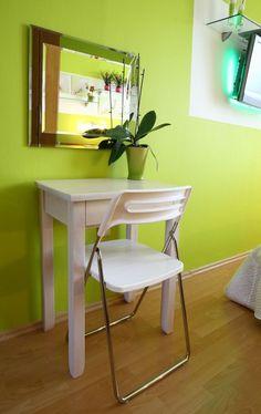 Kozmetický stolík oživil spálňu.