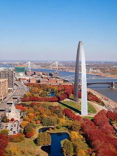 Talk about a great deal: Gorgeous free museums balance a lively professional sports scene. Pretty parks, the blues, ethnic foods and great breweries await in St. Saint Louis Arch, St Louis Mo, Great Places, Places To See, Beautiful Places, Vacation Destinations, Vacation Spots, Vacation Ideas, Dream Vacations