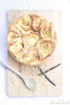 Hefeschneckenkuchen mit Vanille-Mandel-Pudding - Ansicht von oben