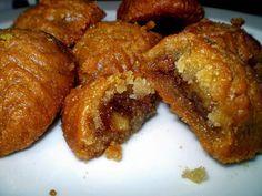 Όταν χτυπάει το τηλέφωνο τέτοιες μέρες....τρέμω! Δεν μπορώ όμως να μη το σηκώσω...  Έτσι και σήμερα χτύπησε και ήταν η παλιά παιδική μου φί... Greek Sweets, Greek Desserts, Greek Recipes, Fun Desserts, Greek Cake, Greek Cookies, Desserts With Biscuits, Sweet Corner, Best Sweets