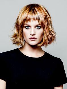 Platz 25: Lange Stirnfransen, die die schulterlang geschnittenen Haare perfekt ergänzen: So wirkt ein fransiges Haarstyling modern und trendy!
