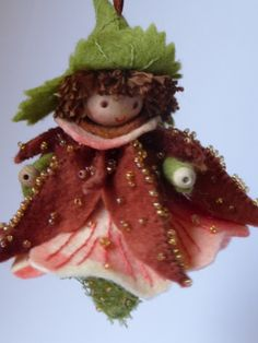 Knikkend Nagelkruid - pakket van Duimelotje Fairy Crafts, Felt Crafts, Felt Angel, Felt Fairy, Clothespin Dolls, Felt Christmas Ornaments, Tiny Dolls, Felt Patterns, Waldorf Dolls