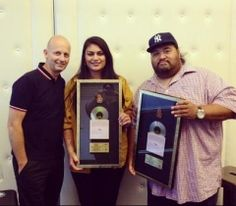 Aaradhna receiving Platnium and Gold discs  #singer #americanrecordlabel  http://www.spasifikmag.com/fortheladies/29janaaradhna/