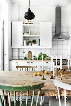 55 veces he visto estas lindas cocinas vintage. Cosy Kitchen, Small Kitchen Cart, Kitchen Carts On Wheels, Kitchen Dining, Kitchen Island, Interior Exterior, Kitchen Interior, Room Interior, Interior Design