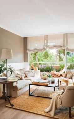 Hacia el balcón. La alfombra de fibra natural procede de Francisco Cumellas. El sofá es de Matèria y las mesas son de Becara.