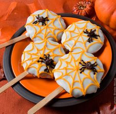 Spider Cookie Pops http://www.babble.com/best-recipes/halloween-recipes-kids-treats-party-food/#spider-cookie-pops From: 29 Spooktacular Halloween Recipes for Kids