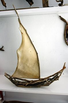 This kind of sailboat paper is a quite inspiring and brilliant idea Boat Crafts, Craft Stick Crafts, Driftwood Sculpture, Driftwood Art, Painted Driftwood, Driftwood Projects, Boat Art, Wood Boats, Art Plastique