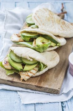 Pitabroodjes met avocado en kip Pita bread with avocado and chicken – Nice recipes Healthy Snacks, Healthy Eating, Healthy Recipes, Healthy Pizza, Pain Pita, Avocado Health Benefits, Food Porn, Comfort Food, High Tea