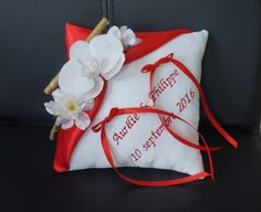 coussin alliance mariage rouge et blanc fleur de cerisier et orchidée Ring Bearer Pillows, Ring Pillows, Red And White Weddings, Cherry Blossom, Marriage, Julie, Button Bouquet, Valentines Day Weddings, Ring Pillow