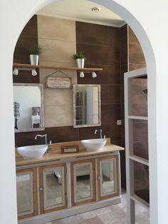 Salle de bain de la suite parentale avec meuble restauré d'une ancienne patisserie