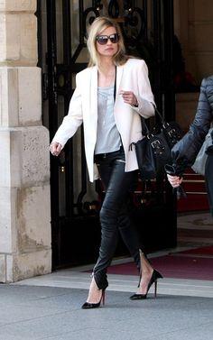 Já falei várias vezes de looks branco e preto, sou fã. Eu adorei a produção da Kate Moss. A calça de couro com zíper nas barras e nos bolsos é muito bacana, o sapato Louboutin de bico fino então, nem se fala… só não curti o blazer. Amo blazers mas achei este grande demais, está …