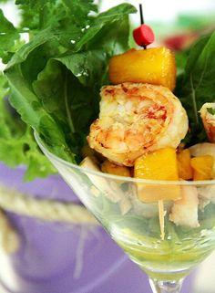 Olha que luxo essa taça de salada com 1 espetinho de camarão com feita (agridoce) podendo ser manga ou abacaxi, por exemplo. O abacaxi também pode ser selado na chapa ou frigideira, assado na churrasqueira.