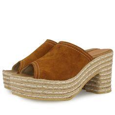 Sandalias de plataforma y tacón de 9,5cm estilo zueco. Corte en piel marron y suela de yute natural con detalles en blanco. Made in Spain. Dale un toque retro a tus looks.
