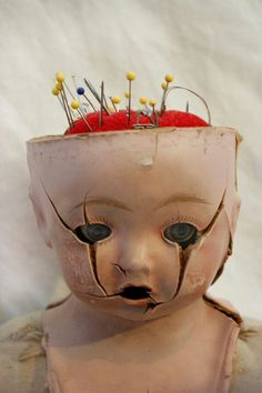 Creepy way to store your pins, doll head pincushion Creepy Toys, Scary Dolls, Halloween Doll, Halloween Crafts, Sculpture Metal, Doll Parts, Doll Head, Weird And Wonderful, Pin Cushions