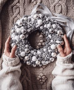 Home made wreaths are the best way to create decor that perfectly match your surroundings and decor. Scandinavian Christmas Decorations, Nordic Christmas, Christmas Mood, Christmas Candles, Christmas Centerpieces, Modern Christmas, Rustic Christmas, Christmas Advent Wreath, Advent Wreaths