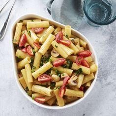 De Point-Virgule Schaal is onderdeel van de productlijn Moments.Het feit dat de schaal een eigen vorm heeft voegt iets unieks toe aan uw gedekte tafel. De schaal heeft een hoge rand waardoor u een grote portie kunt serveren, denk hier bijvoorbeeld aan pasta. Le Point, Pasta Salad, Ethnic Recipes, Food, Crab Pasta Salad, Essen, Meals, Yemek, Eten
