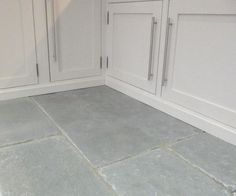 Like the large sized tiles. Flagstone Flooring, Limestone Flooring, Grey Kitchen Floor, Kitchen Flooring, Home Renovation, Home Remodeling, Brazil Houses, Victorian Tiles, Construction