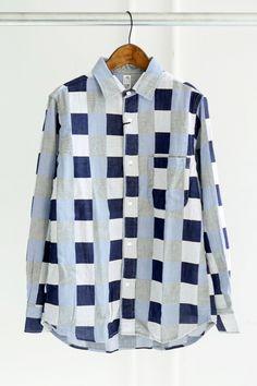 KATO` レギュラーカラーパッチワークシャツ織りで表現したパッチワーク柄が新鮮なワークシャツ。  素材は、エア感のあるダブルガーゼ素材を使用。  柔らかな肌触りで、軽い着心地です。  三本針、フラップポケット、猫目ボタン等、カトーお馴染みのディティール。  一枚でサマになり、ブルートーンが春夏にぴったりな一枚です。    Color NAVY  素 材 cotton 100%